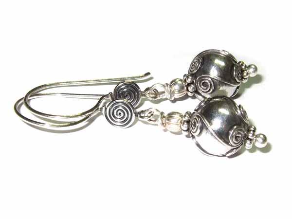Post image for Anleitung: Ohrringe mit Silberperlen aus Bali fertigen